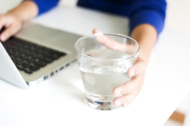 Tomar agua es uno de los principales hábitos saludables.